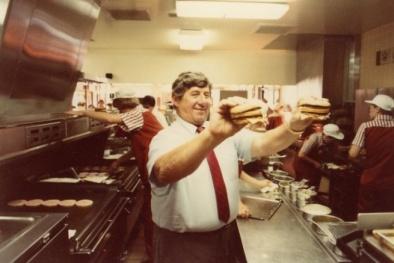 'Cha đẻ' của bánh mì kẹp Big Mac qua đời ở tuổi 98