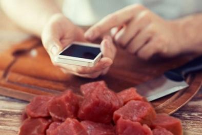 Người tiêu dùng đã có thể 'soi' nguồn gốc thịt lợn bằng smartphone