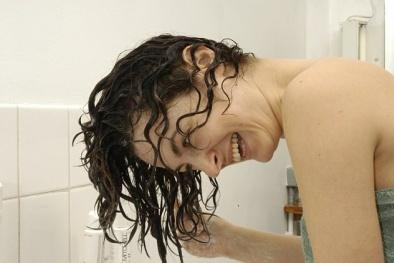 Các hãng dầu gội lỗ hàng trăm tỷ đồng do phụ nữ… lười gội đầu