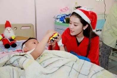 Không chạy show, Huyền My hoá 'Bà già Noel' đi từ thiện