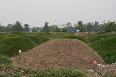 Bí ẩn những ngôi mộ người chết đất ngày càng nhiều và to dần lên