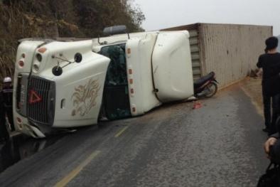 Lạng Sơn: Xe container đổ nghiêng khiến 2 người đi xe máy tử vong