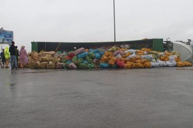 Hà Tĩnh: Lật container, người dân giúp tài xế gom 30 tấn dừa