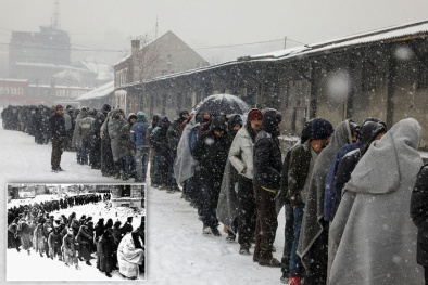 Hàng trăm người di cư co ro trong cái lạnh -20 độ chờ phát thức ăn