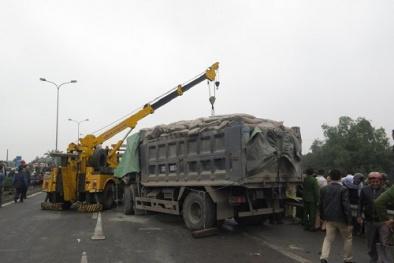 Tai nạn giao thông ngày 10/1: Xe tải đâm vào đuôi container, 3 người thương vong