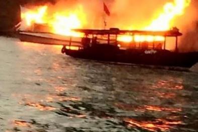 Tàu du lịch bốc cháy dữ dội trên vịnh Hạ Long khi trên đường về Tuần Châu