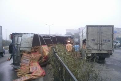 Xe tải mất lái hất taxi văng xa chục mét, kéo tung dải phân cách