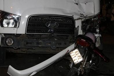 Tai nạn giao thông ngày 11/1: Xe máy găm chặt vào đầu xe tải, 3 người thương vong
