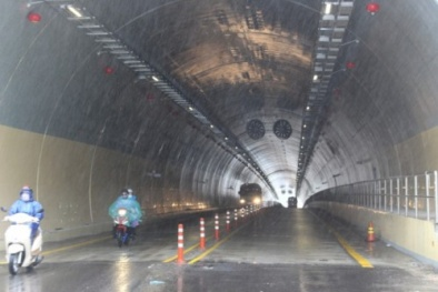 Ô tô tải đâm liên tiếp xe máy trong đường hầm, 2 người thương vong