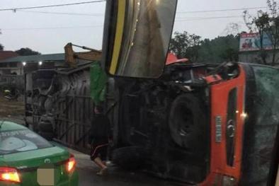 Lật xe khách trên quốc lộ, 14 người cấp cứu