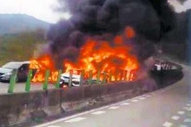 Xe bồn cán nát 17 xe ô tô đang dừng, lửa cháy dữ dội, nhiều người thương vong