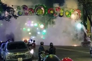 TP.HCM: Cháy đèn trang trí, nhiều người hoảng loạn
