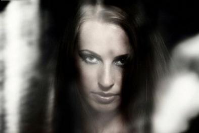 Bí ẩn ám ảnh: Tại sao ban đêm người trong ảnh nhìn chằm chằm vào ta?