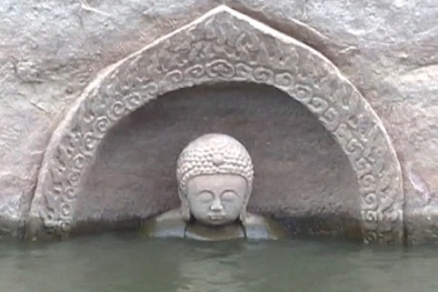Đầu tượng Phật 600 tuổi bất ngờ nổi lên mặt nước