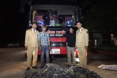 Phát hiện hơn 28.000 quả pháo trên xe khách biển số Lào