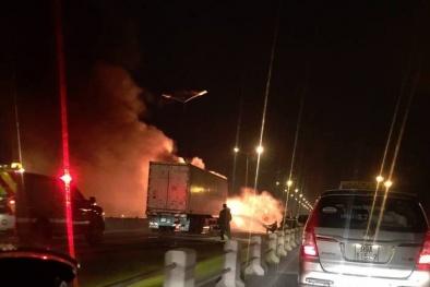 Xe container cháy rụi đầu trên cầu Thanh Trì