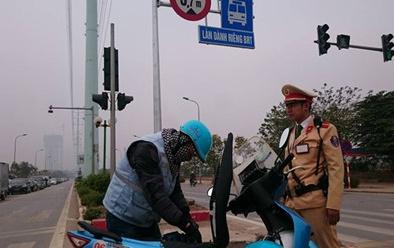 Cảnh sát giao thông xử phạt phương tiện lấn làn xe buýt nhanh BRT