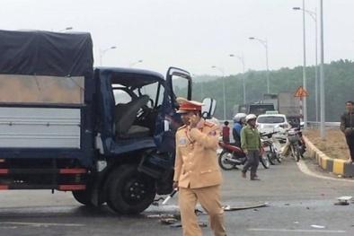 Tai nạn giao thông ngày 18/2: Tài xế nguy kịch mắc kẹt trong cabin nát bươm
