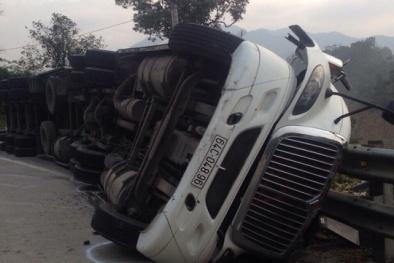 Xe container bị lật nghiêng khi lưu thông trên đường Hồ Chí Minh