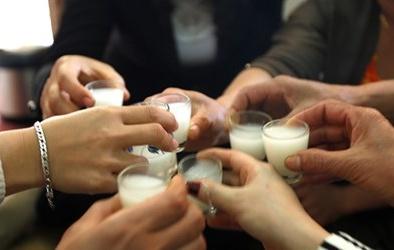 Quán cơm ở Hà Nội bán rượu chứa methanol vượt ngưỡng hàng ngàn lần