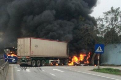 Sau tai nạn, xe đầu kéo và xe khách bốc cháy, hành khách hoảng loạn