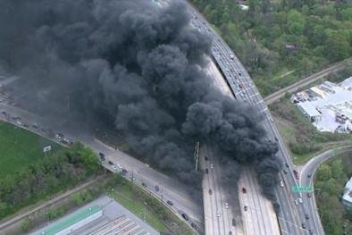 Cao tốc ở Mỹ bị sập vì ống nhựa PVC bốc cháy