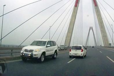 'Giữa ban ngày' xe biển xanh của Bộ Y tế đi ngược chiều trên cầu Nhật Tân