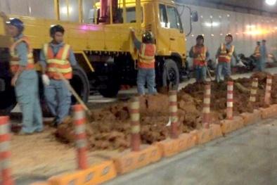 Hầm Thủ Thiêm bị phong tỏa 3 tiếng vì xe tải chở đất bị lật