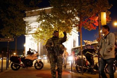 Khủng bố IS xả súng vào cảnh sát trước thềm bầu cử tổng thống Pháp