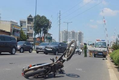Tai nạn giao thông ngày 22/4: Ô tô tông xe máy văng xa 100m, 1 thanh niên nguy kịch