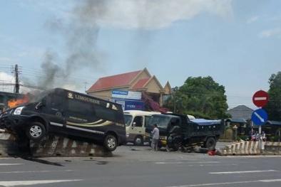 Xe limousine bốc cháy dữ dội sau tai nạn với xe tải, nhiều người bị thương