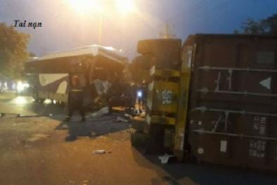 Xe khách tông thẳng vào xe container, tài xế tử vong tại chỗ