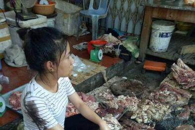 Hải Phòng: Bán thịt lợn giá rẻ, người phụ nữ bị hắt dầu luyn trộn chất thải