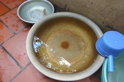 Nước sinh hoạt màu vàng, đóng cặn ở khu dân cư tại Hà Nội