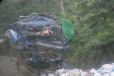 Tai nạn giao thông ngày 18/5: Xe tải lao vào vách núi nát bươm, 2 người tử vong