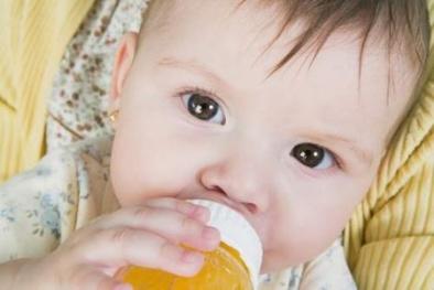 Nước hoa quả sẽ thành thuốc độc với trẻ dưới 1 tuổi