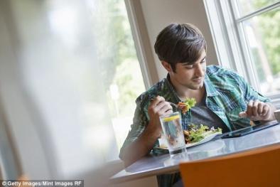 Nam giới ăn nhiều trái cây, rau xanh sẽ hấp dẫn phụ nữ hơn