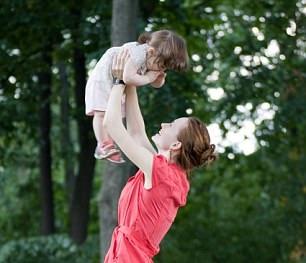 Cách bế trẻ để không mắc bệnh xương khớp