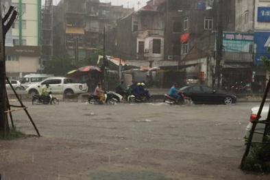 Video: Hà Nội mưa lớn, hàng loạt tuyến phố ngập sâu