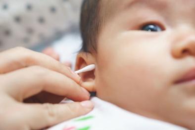 Nếu đang dùng tăm bông để lấy ráy tai cho con thì cha mẹ hãy dừng lại ngay