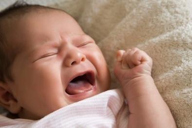 Trẻ bị táo bón do uống sữa, cha mẹ cần làm gì?