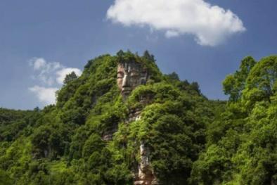 Tượng Phật to bằng quả núi 'tàng hình' hàng ngàn năm bất ngờ lộ diện