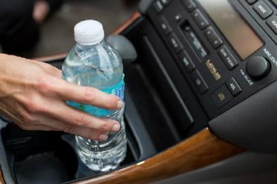 Đừng uống nước đóng chai để lâu ngày trong ô tô vì lý do cực nguy hiểm này