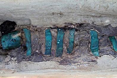 Phát hiện thi thể 'người lớn ôm trẻ em' bị chôn vùi 1.300 năm