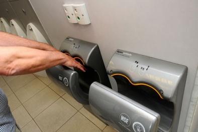Máy sấy trong nhà vệ sinh - Công cụ phát tán vi khuẩn lây bệnh khủng khiếp