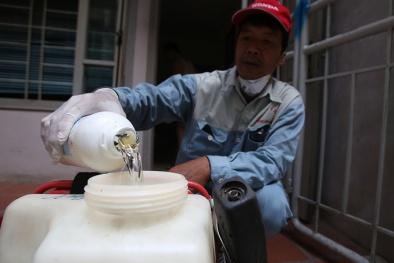 Phun hóa chất diệt ổ dịch sốt xuất huyết tại quận Đống Đa, Hà Nội