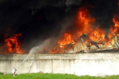 Clip: Xưởng nhựa cháy dữ dội tại TP.HCM suốt nhiều giờ qua
