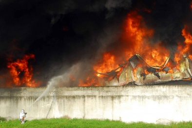 Toàn cảnh vụ cháy xưởng nhựa tại TP.HCM