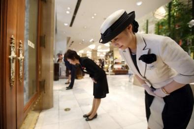 Vì sao người Nhật cúi chào cả người ở đầu dây điện thoại bên kia và… đoàn tàu rời sân ga?