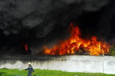 Xưởng nhựa ở tp.HCM cháy dữ dội, nhiều người lao ra từ biển lửa
